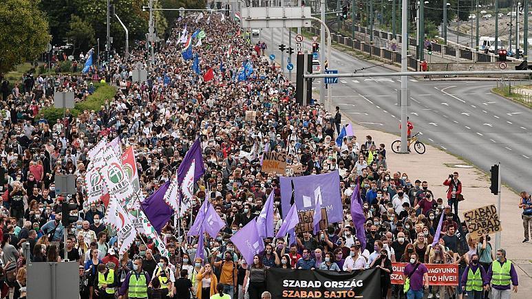 برکناری سردبیر یک رسانه مستقل در مجارستان هزاران نفر را به خیابان کشاند